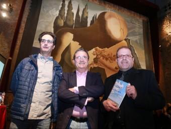 Joan Armangué, entre Vicenç Pagès i Santi Coll, ahir al vespre al Teatre-Museu Dalí de Figueres MANEL LLADÓ