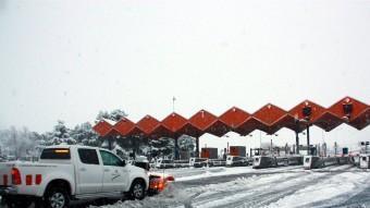 Un vehicle llevaneu retirant la neu a l'entrada de l'AP-2 de Lleida ACN