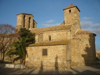 L'església de Sant Pere d'Ullastret, un dels pobles que l'equip ha visitat com a possible escenari per al rodatge d'escenes A.V