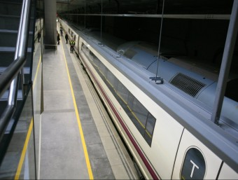El tren d'alta velocitat al seu pas per l'estació de Girona, en una imatge d'arxiu. LLUÍS SERRAT