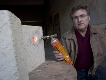 Francesc Ibáñez aplica flama sobre el Gaiabloc per demostrar que ni s'encén ni fumeja.  JOSÉ CARLOS LEÓN