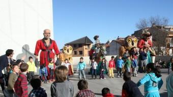 Els nens d'una escola en un dels actes festius relacionats amb el carnaval. EL PUNT AVUI