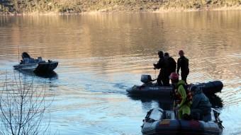 Efectius de la Guàrdia Civil i dels Mossos d'Esquadra remolquen la barca accidentada, aquesta tarda al pantà de Canelles ACN