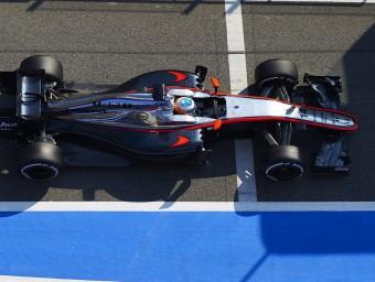 Alonso surt de la línia de boxs durant els assajos d'ahir al Circuit SIU