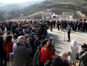 Valls atenent els periodistes JOAN SABATER - AGÈNCIES
