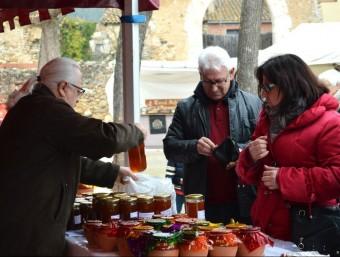 Alguns dels visitants ahir a les parades de mel de Crespià. XAVIER PALOMINO