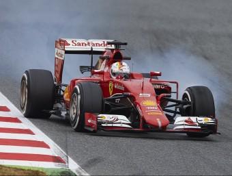 Vettel (Ferrari) bloca una roda en una frenada, ahir SIU