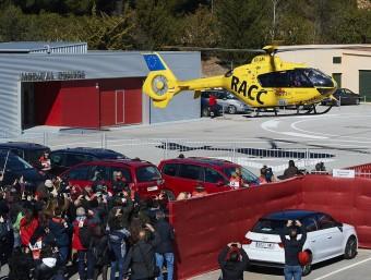 L'helicòpter que trasllada Alonso a l'hospital s'enlaira des del centre mèdic del Circuit, ahir SIU