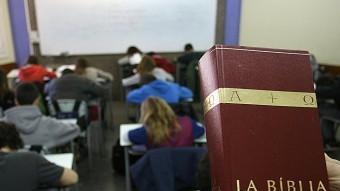 Alumnes d'una escola concertada de Girona fent classes de religió. M. LLADÓ