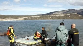 Submarinistes del dispositiu de rescat, ahir dilluns durant les tasques de recerca al pantà de Canelles ACN