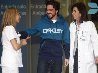 Alonso s'acomiada del personal de l'Hospital General de Catalunya, ahir ALBERT GEA / REUTERS