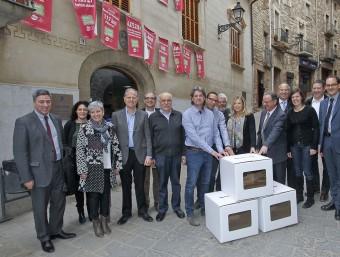 Ortega i els alcaldes al costat de les urnes que s'utilitzaran el 22 de març JORDI PUIG