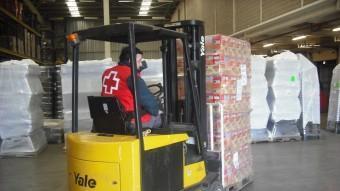 Un voluntari de la Creu Roja de Girona en una recollida d'aliments. EPA