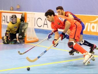 Pablo Álvarez prova de marxar del seu marcador durant el partit d'ahir JOAN CASTRO / ICONNA