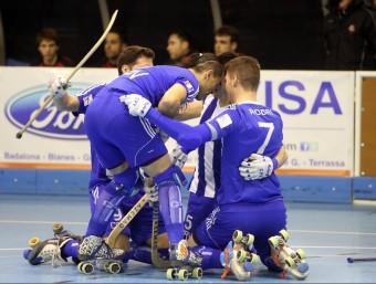 Els jugadors del Voltregà s'abracen durant el partit d'ahir JOAN CASTRO / ICONNA