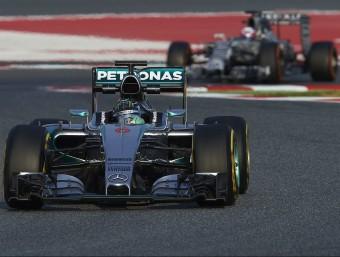 Rosberg (seguit per Ricciardo), simulant una tirada de carrera amb el compost tou, ahir SIU