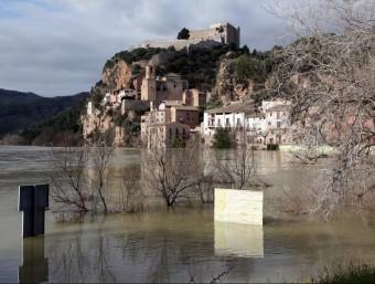 L'embarcador de Miravet i camps pròxims al riu estan inundats. JUDIT FERNÀNDEZ