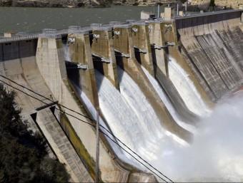 La presa de Mequinensa, aquest dimecres amb les comportes obertes EFE