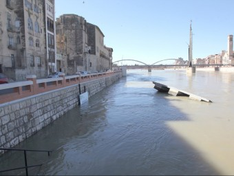 La força del riu arrossega part de l'embarcador de l'Escorxador, a Tortosa JUDIT FERNÁNDEZ