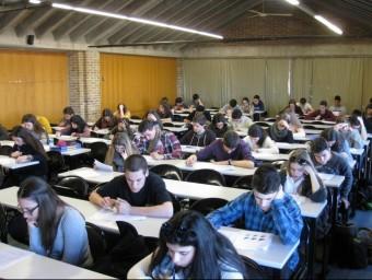 Els participants durant la prova de les Olimpíades de Geografia, a la Facultat de Lletres EL PUNT AVUI