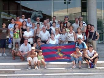 Membres de la penya, durant una visita a les instal·lacions del Barça (a l'esquerra); quatre socis, a Londres, per presenciar la final de la Champions League del 2011 (a la dreta) PB COLLSUSPINA