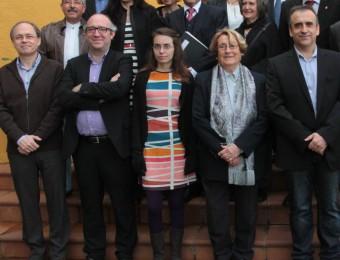 Cinc dels premiats enguany, Jové, Molero, Tarrés, Oliva i Vidal, en primer terme ahir al migdia, envoltats pels membres del jurat i les institucions que fan possibles els Premis Recull E.A