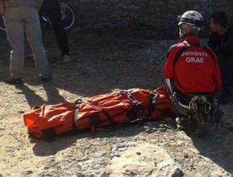 Efectius dels GRAE durant el rescat d'una dona de 51 anys que es va accidentar a Sant Aniol de Finestres BOMBERS