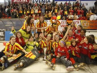 Les jugadores del Manlleu amb la copa davant de la seva afició ORIOL DURAN