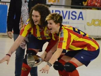 Anna Casarramona i Iolanda Font just abans d'aixecar la copa de campions ALBERT CAMPS