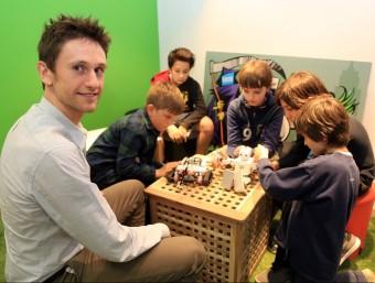 Albert Sellarès, amb alguns nens d'un dels centres Codelearn a Barcelona.  JUANMA RAMOS