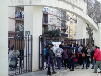 La ciutadania a les portes del Parc de Sant Pere de Gandia. EL PUNT AVUI