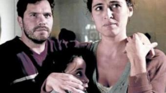 Sílvia Pérez Cruz amb la seva filla a la ficció i l'actor Oriol Vila en una escena de la pel·lícula BAUSAN