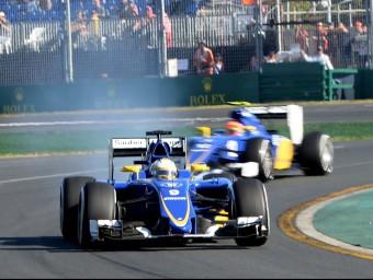 Els Sauber d'Ericsson (en primer terme, amb la suspensió posterior esquerra trencada) i Nasr, durant la segona sessió lliure d'ahir MAL FAIRCLOUGH / AFP