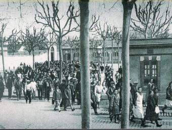 Els treballadors sortint de la fàbrica de La España Industrial de Sants l'any 1929.  ARXIU