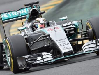 Hamilton, el més ràpid en les tres mànegues de la qualificació del GP d'Austràlia, ahir PAUL CROCK / AFP