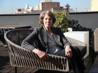 Susan George, a una terrassa de Barcelona, on ha estat aquesta setmana Barcelona per presentar el seu darrer llibre.  ELISABETH MAGRE