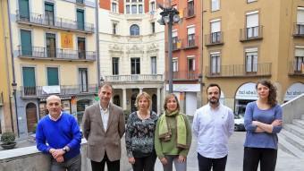 Els sis candidats de Berga amb l'ajuntament de fons. D'esquerra a dreta, Joan Torres (ICV), Antoni Biarnés (CiU), Ermínia Altarriba (ERC), Rosalia Monroy (PSC), Joan Antoni López (PP) i Montse Venturós (CUP) JUANMA RAMOS