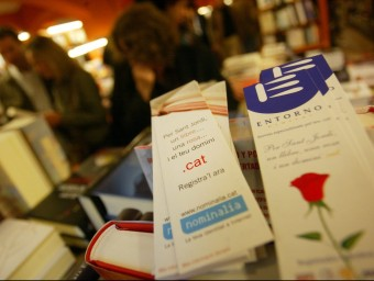 The PuntCat foundation has produced 200,000 bookmarks like the one above in a Barcelona bookshop as part of the campaign to promote the .cat web domain to the general public.  GABRIEL MASSANA