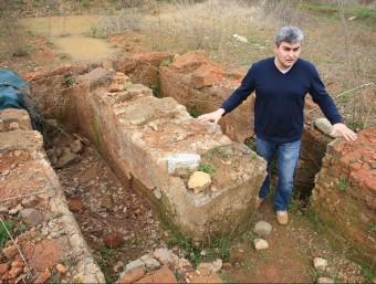 L'alcalde de Sant Julià del Llor i Bonmatí, Marc Garcia, mostra el forn del jaciment de les Cavorques, la setmana passada LLUÍS SERRAT