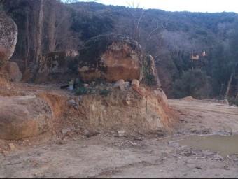Imatge actual de l'espai on hi havien les runes de la casa original ara hi ha dues grans esplanades a dos nivells EL PUNT AVUI