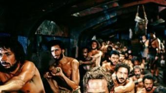 Charlton Heston remant a la galera amb altres esclaus a 'Ben-Hur'