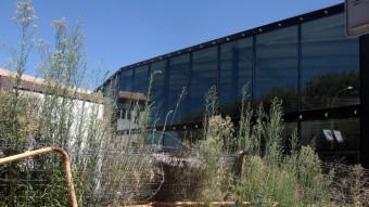 La Bblioteca comarcal mig feta i que un mandat judicial, un dels imprevistos sorgits en el mandat que ara s'acaba, obliga a enderrocar parcialment. JOAN PUNTÍ