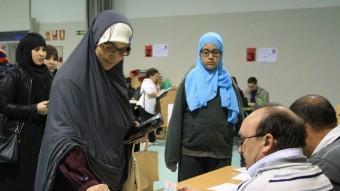 Una immigrant votant durant la jornada del 9-N. LLUÍS SERRAT