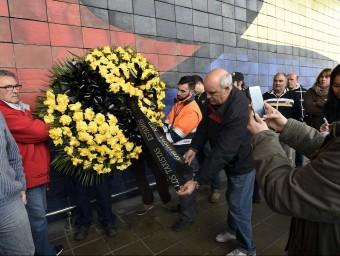 Treballadors de l'aeroport del Prat recorden les víctimes de l'accident LLUÍS GENÉ / EFE