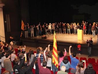 Xavi Llorente , Natàlia Sanchez, David Fernàndez i Eudalt Carbonell, a la promera fila de l'acte d'ahir al treatre el Jardí de Figueres JOAN SABATER