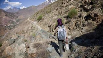 Zahira fa 22 km per caminets de les muntanyes de l'Atles per arribar a un internat.