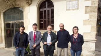 A l'esquerra, l'ecosocialista Toni Peñafiel, número 2 de la nova candidatura Vilafranca en Comú. Al seu costat, Francisco Romero (PSC), l'alcalde Pere Regull (CiU), Marcel Martínez (CUP) i Mònica Hill (ERC). El candidat del PP, Josep Ramon Sogas, no va assistir a la sessió J.C.LEÓN