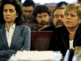 L'exconsellera de Turisme i alcaldessa de Novelda Milagrosa Martínez (dreta) i l'exconsellera de Turisme Angélica Such seuen a la banqueta d'acusats. EFE/JUAN CARLOS CÁRDENAS