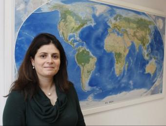 La consellera delegada d'Acció, Núria Betriu, davant el mapa del món que té al seu despatx.  ORIOL DURAN