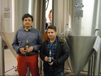 Cervesa del Montseny, a la foto Julià Vallès i el mestre cerveser Jordi Llebaria, persegueix créixer.  L'ECONÒMIC